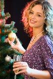 Frau und Weihnachtenbaum Lizenzfreie Stockbilder