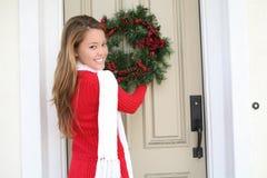 Frau und WeihnachtsWreath Lizenzfreie Stockbilder
