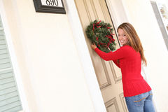 Frau und WeihnachtsWreath Stockfotos