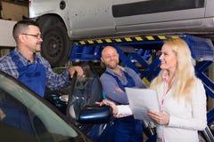 Frau und zwei Automechaniker Lizenzfreie Stockbilder
