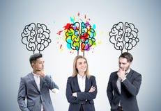 Frau und zwei Mann- und Gehirnskizzen Lizenzfreie Stockfotos