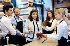 Frau unfähig zur Lohnliste in der Cafeteria Stockbilder