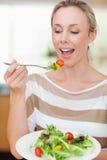 Frau ungefähr, zum etwas Salats zu essen stockfoto