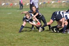 Frau ungefähr, zum der Kugel nach einem Rugby-Gedränge zu führen Lizenzfreie Stockfotos