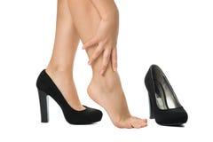 Frau unshoed ihre Fersen - bloße Beine Lizenzfreie Stockfotografie