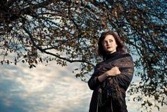 Frau unter Baum stockbilder