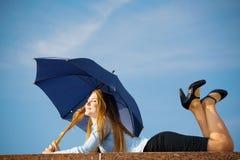 Frau unter dem Regenschirm Lizenzfreie Stockbilder