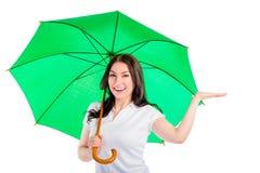 Frau unter dem Regenschirm setzte seine Hand Stockfoto