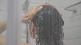 Frau unter der Dusche, R?ckseite des jungen weiblichen Duschens unter Auffrischungswasser, gesunder Lebensstil M?dchen, das sich  stock footage