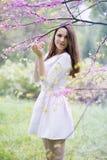 Frau unter einem Baum lizenzfreies stockfoto