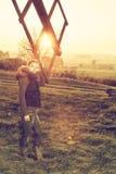 Frau unter einem Flügel einer alten Windmühle Stockfotografie