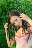 Frau unter einem Regen Stockfotos