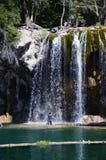 Frau unter einem Wasserfall Lizenzfreie Stockfotos