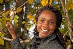 Frau unter Herbstbäumen Stockfotos
