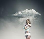 Frau unter Regen Stockfotografie