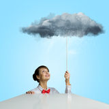 Frau unter Regen Stockfoto