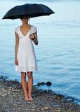 Frau unter Regenschirm Stockfotos