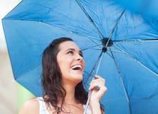 Frau unter Regenschirm Lizenzfreie Stockfotografie