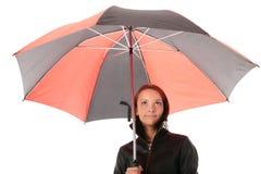 Frau unter rotem und schwarzem Regenschirm Stockbild
