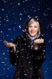 Frau unter Schnee Stockbild