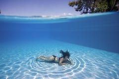 Frau Unterwasser in einem Pool stockfotografie