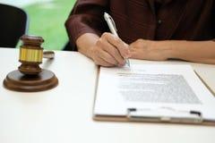 Frau unterzeichnen Vertragsvereinbarung Richterhammer u. -rechtsanwalt an der Sozietät stockbild