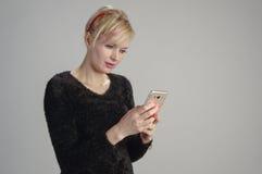 Frau usin Handy lizenzfreie stockfotografie