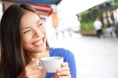 Frau in Venedig, Italien an trinkendem Kaffee des Cafés Lizenzfreie Stockfotos