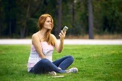 Frau verärgert an defektem Telefon lizenzfreies stockbild