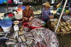 Frau verkauft Fische auf Straßenmarkt am 15. Februar 2012 in meinem Tho, Vietnam Lizenzfreie Stockfotos