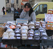 Frau verkauft Getreide auf dem Straßenmarkt Lizenzfreies Stockbild