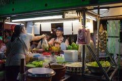 Frau verkauft traditionelles thailändisches Lebensmittel Stockfotografie