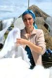 Frau verkauft Weiche gestrickte Kaschmir-Schals Stockfoto