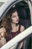 Frau verlässt ein Auto Stockbild
