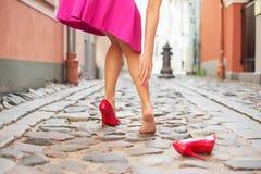 Frau verletzter Knöchel beim Tragen von Schuhen des hohen Absatzes stockfoto