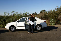 Frau verloren im Auto Lizenzfreie Stockfotos