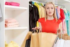 Frau verloren im Einkaufen Lizenzfreie Stockbilder