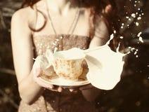Frau verschütteter Tee Stockbilder