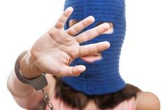 Frau in versteckendem Gesicht des Kopfschutzes Lizenzfreie Stockfotos