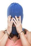 Frau in versteckendem Gesicht des Kopfschutzes Stockfoto