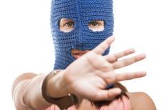 Frau in versteckendem Gesicht des Kopfschutzes Lizenzfreies Stockbild