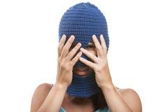 Frau in versteckendem Gesicht des Kopfschutzes Stockbild