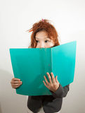 Frau versteckt ihr Gesicht stockfoto