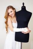 Frau versucht ein ein Hochzeitskleid Lizenzfreies Stockbild