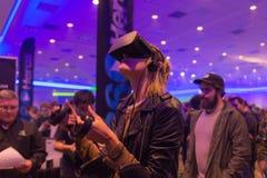 Frau versucht Kopfhörer der virtuellen Realität Stockfoto