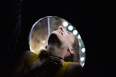 Frau versucht Spiegelreisekasten stockbild