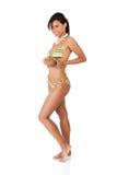 Frau in voller Länge in der Badebekleidung, die Kokosnuss hält Stockfotos