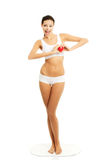 Frau in voller Länge in der Unterwäsche, die Herzmodell hält Stockfotografie