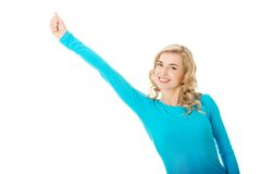 Frau in voller Länge, die Siegergeste macht Stockfoto