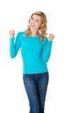 Frau in voller Länge, die Siegergeste macht Lizenzfreie Stockfotos